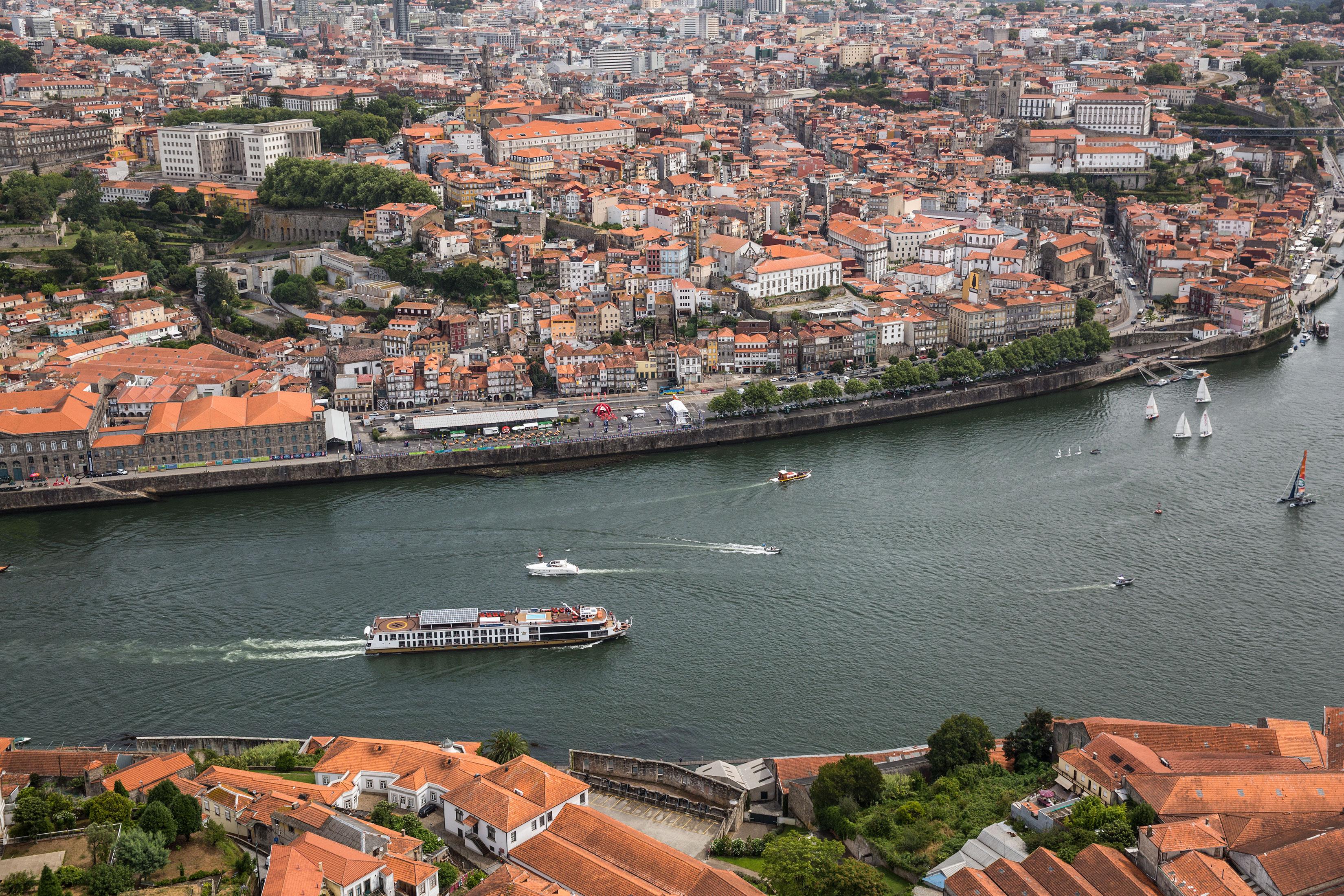 AmaWaterways AmaVida Exterior Porto.jpg