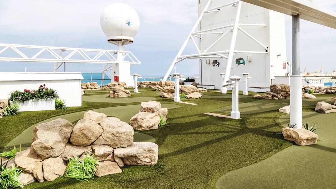 Thomson Cruise Thomson Discovery Exterior Mini Golf 3.jpg