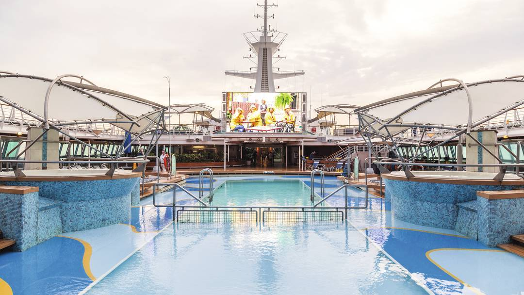 Thomson Cruise Thomson Discovery Exterior Outdoor Movie Screen 1.jpg