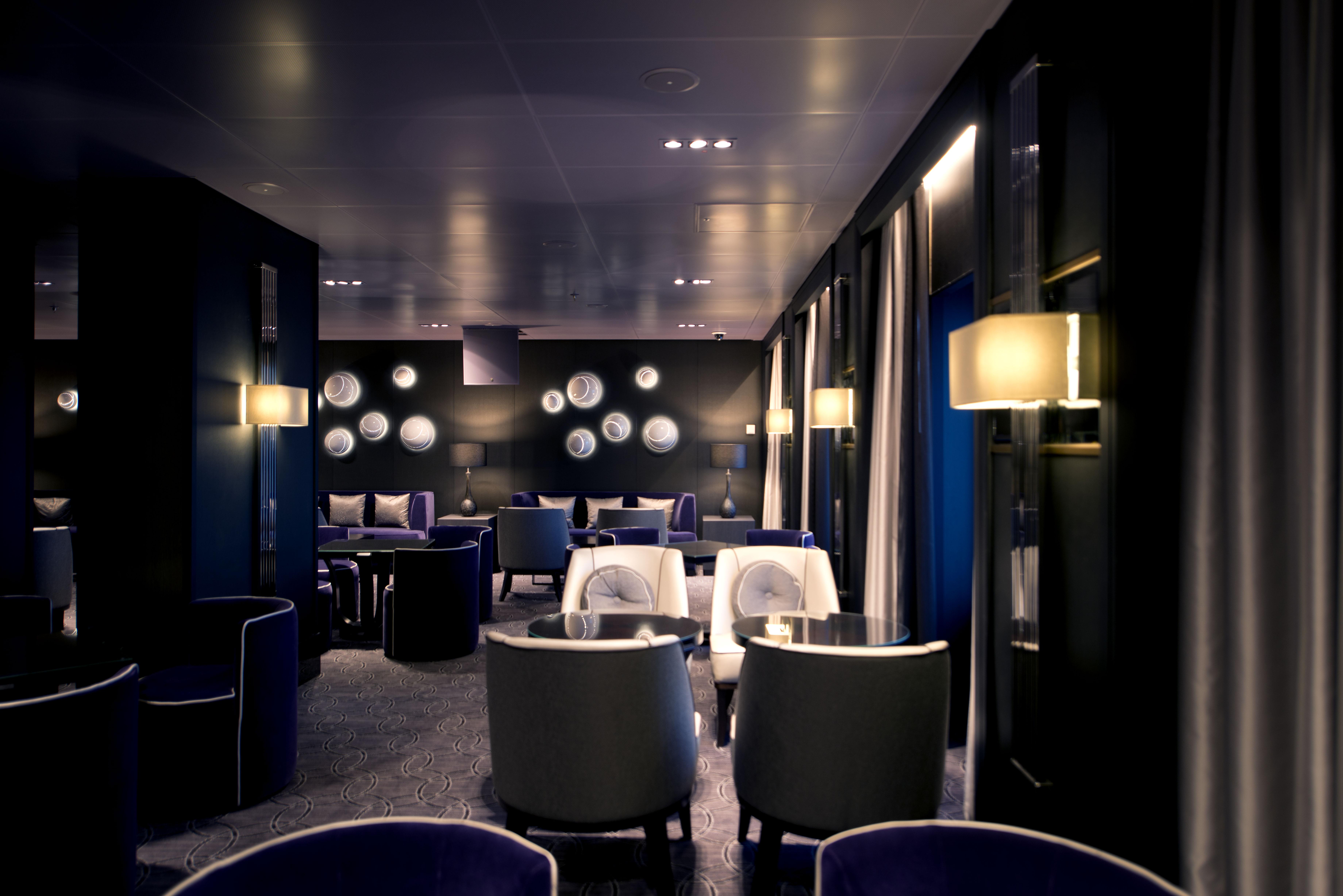 P&O Cruises Britannia Interior Blue Bar Mod D806614 [Tif 14714583802].jpg