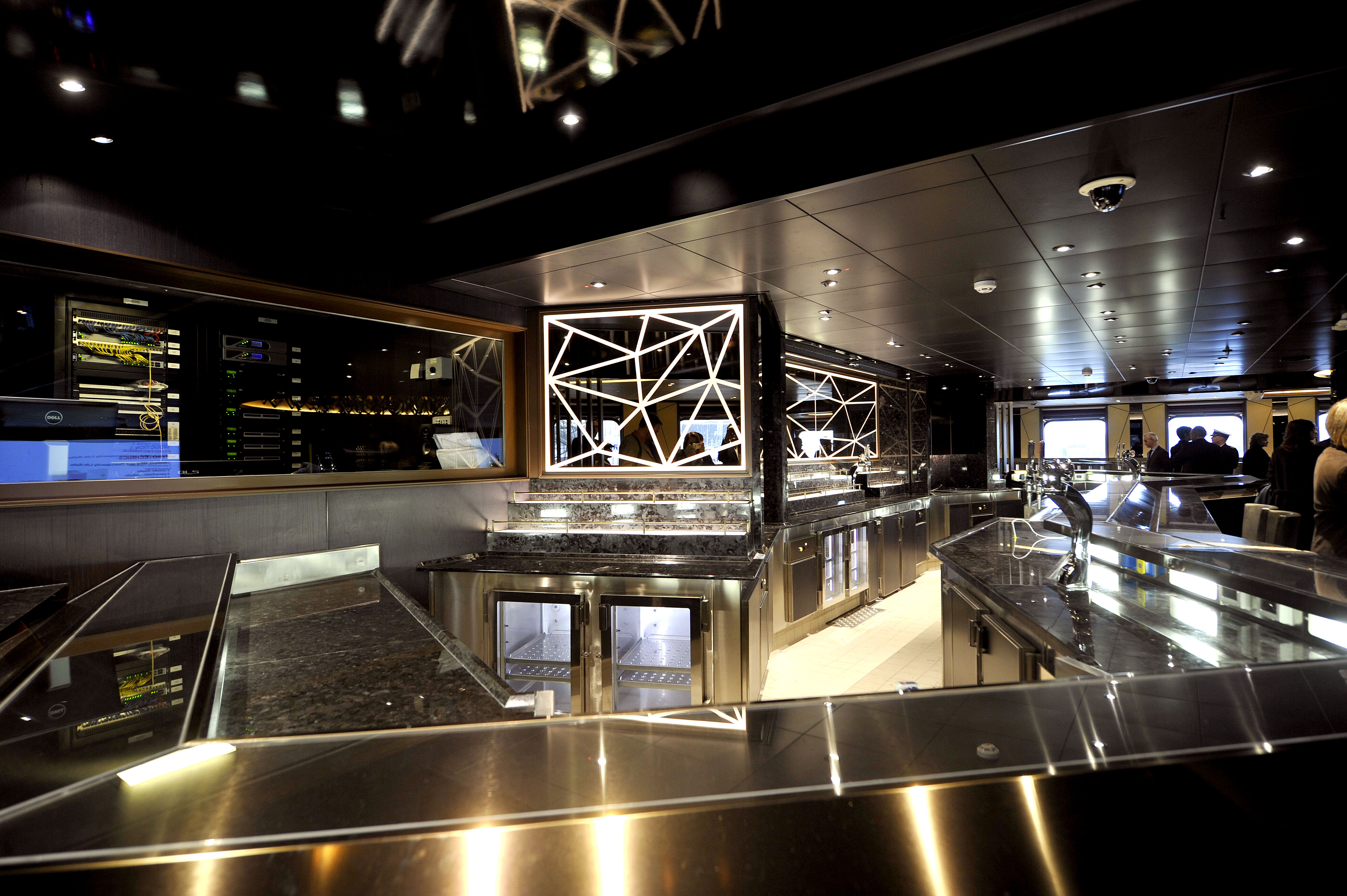 P&O Cruises Britannia Interior Live Lounge Bar.jpg