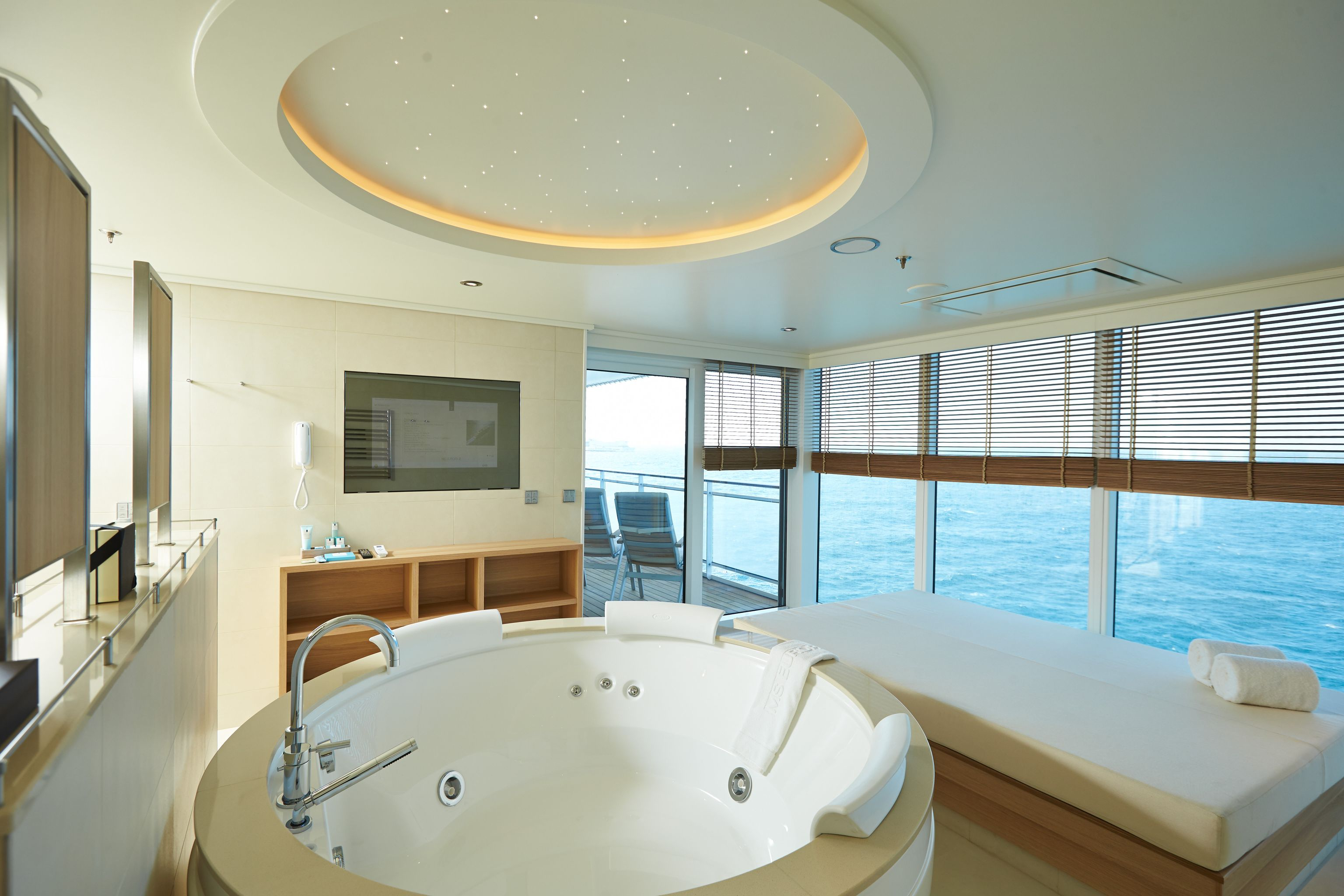 Hapag-Lloyd MS Europa 2 Accommodation Owner Suite Whirlpool and Daybed.jpg