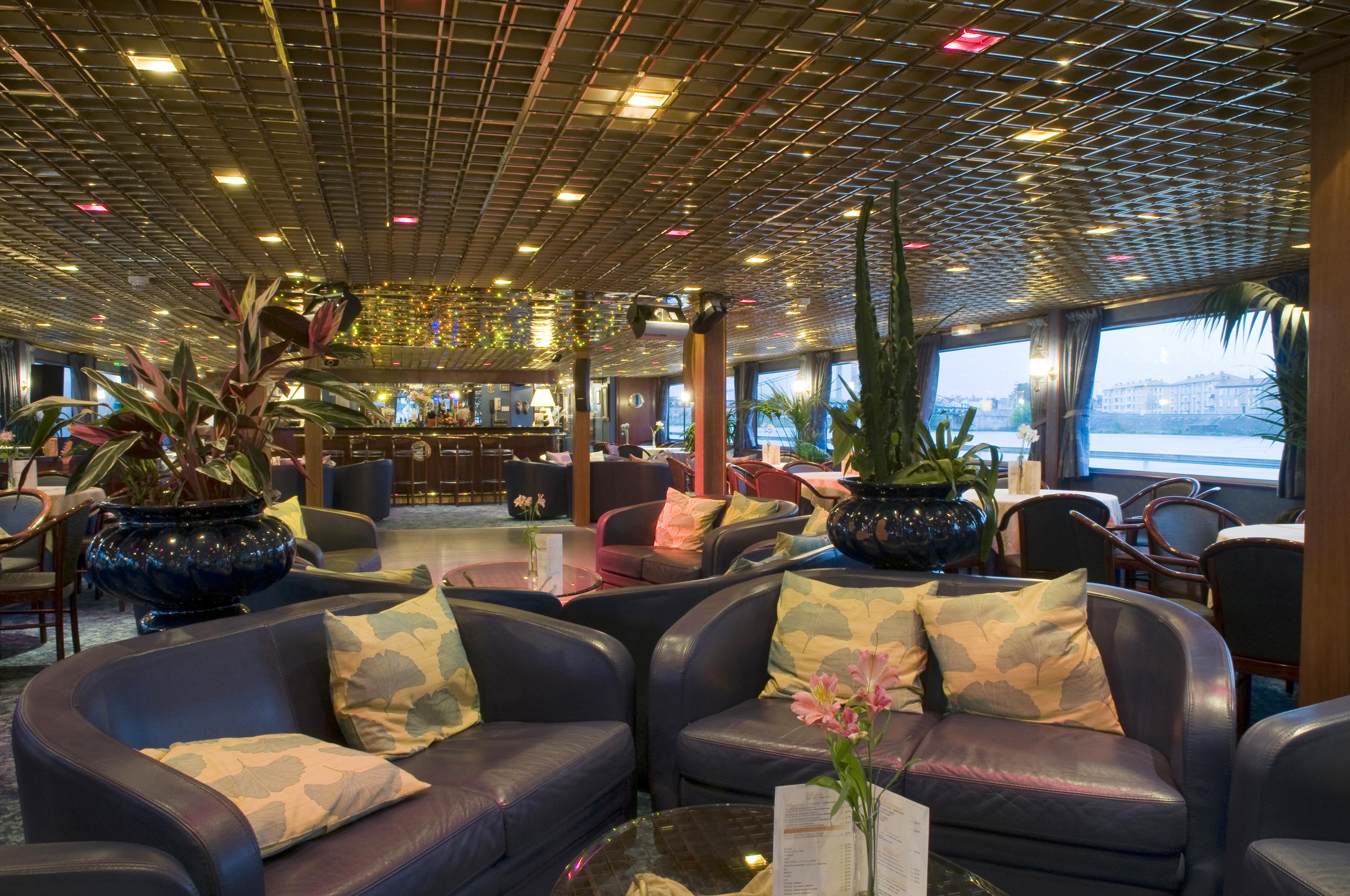 CroisiEurope MS Van Gogh Interior Lounge Bar 9.jpg