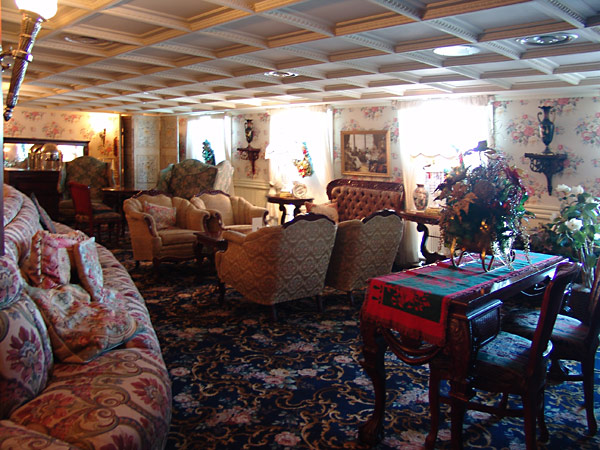 American Queen - American Queen - Entertainment - Main Deck Lounge - Photo 2.jpg