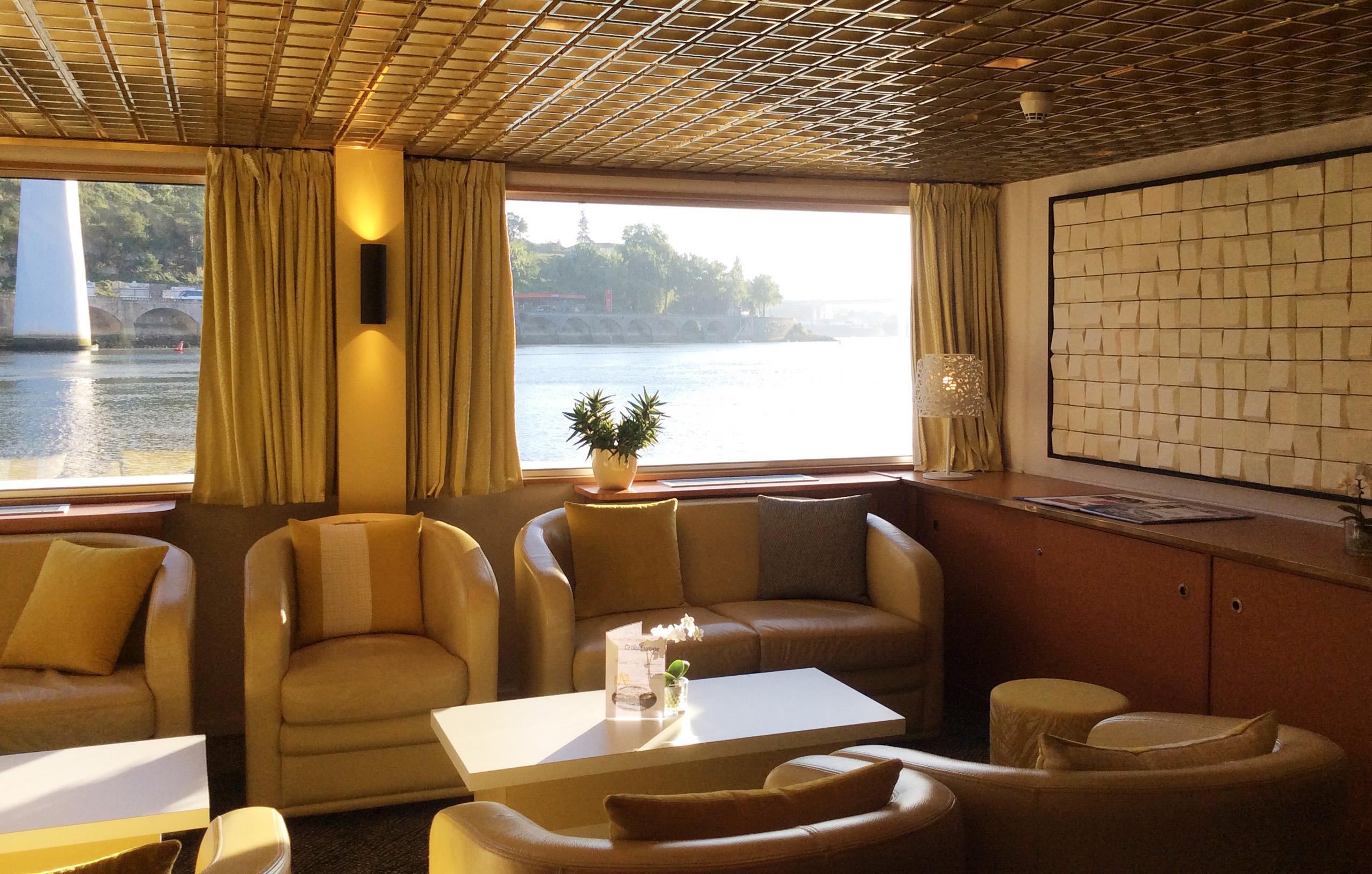 CroisiEurope MS Vasco de Gama Interior Lounge Bar 5.jpg