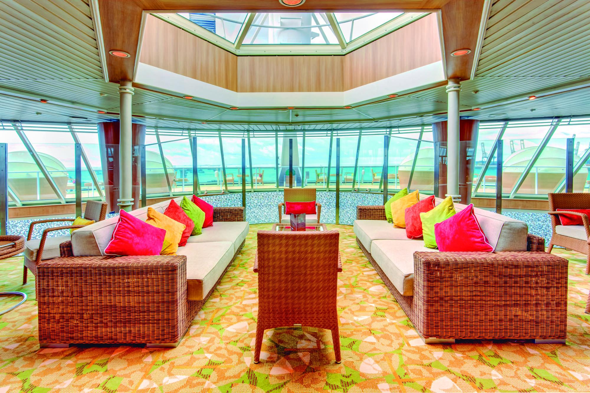Pullmantur Monarch Interior The Waves Yacht Club 2.jpg