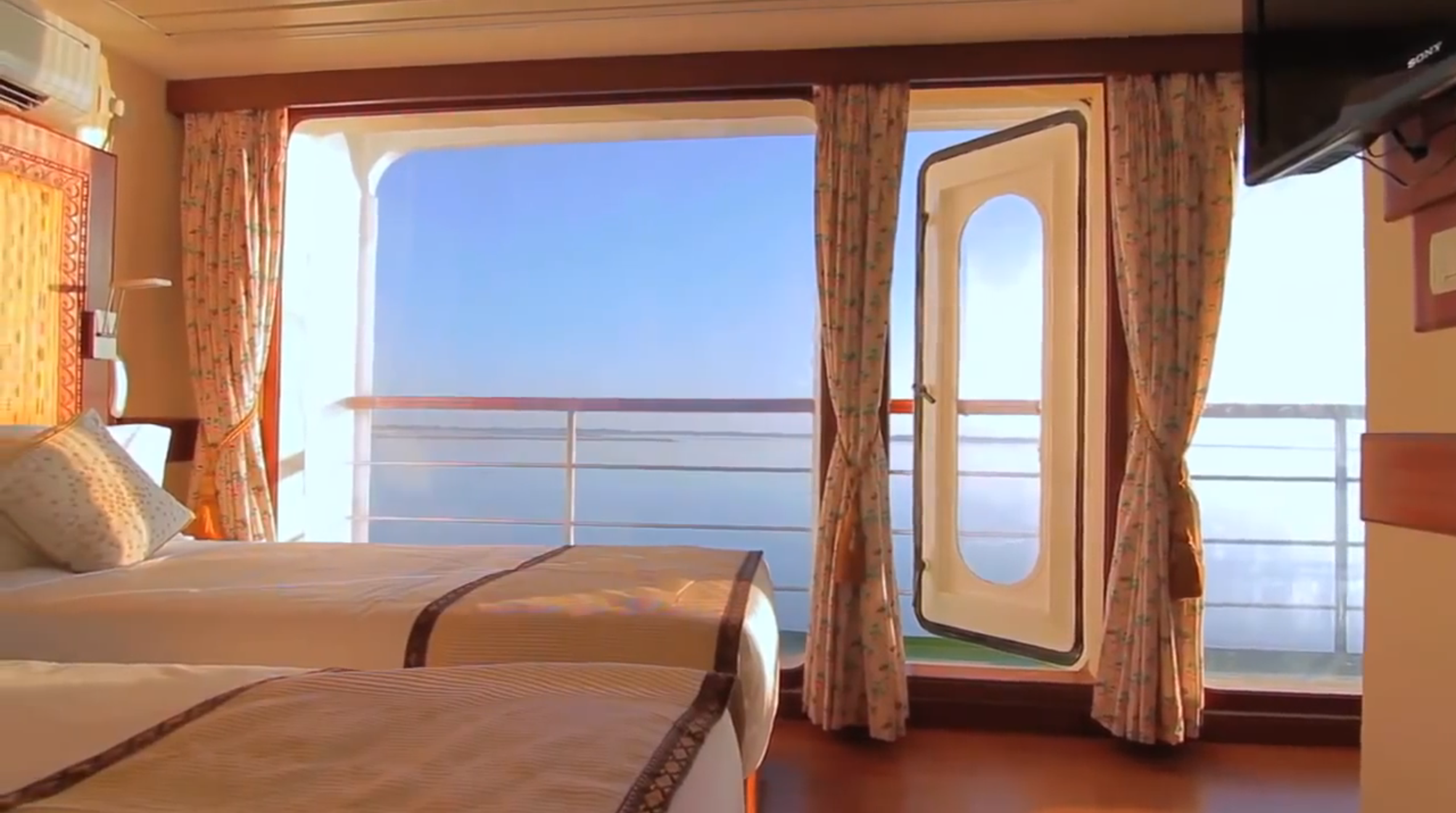 Far Horizon M.V. Mahabaahu Accommodation Superior Cabin with Balcony Twin Beds.png