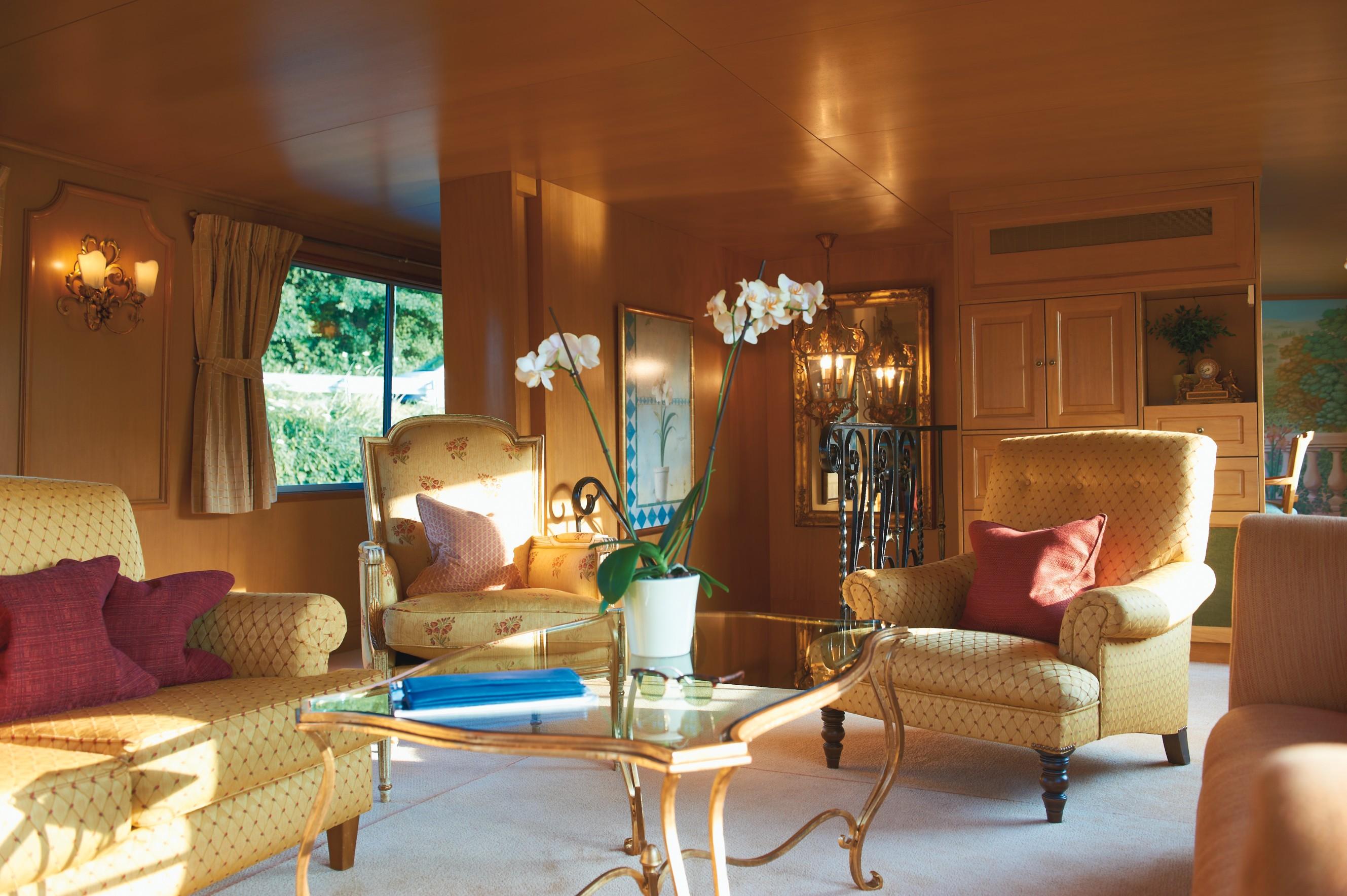 Belmond River Cruises Belmond Amaryllis Interior Lounge2.jpg