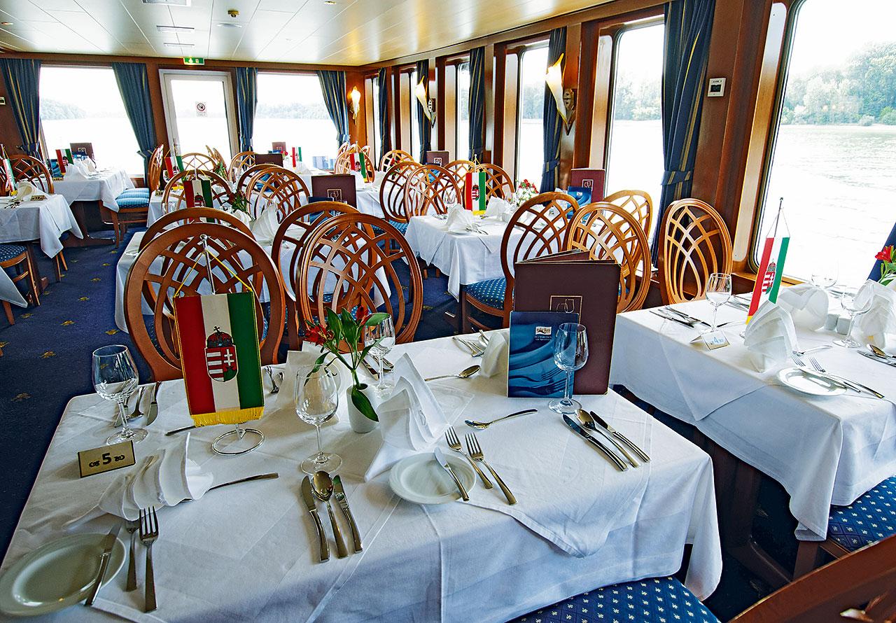 Nicko Cruises MS River Art Restaurant 2.jpg