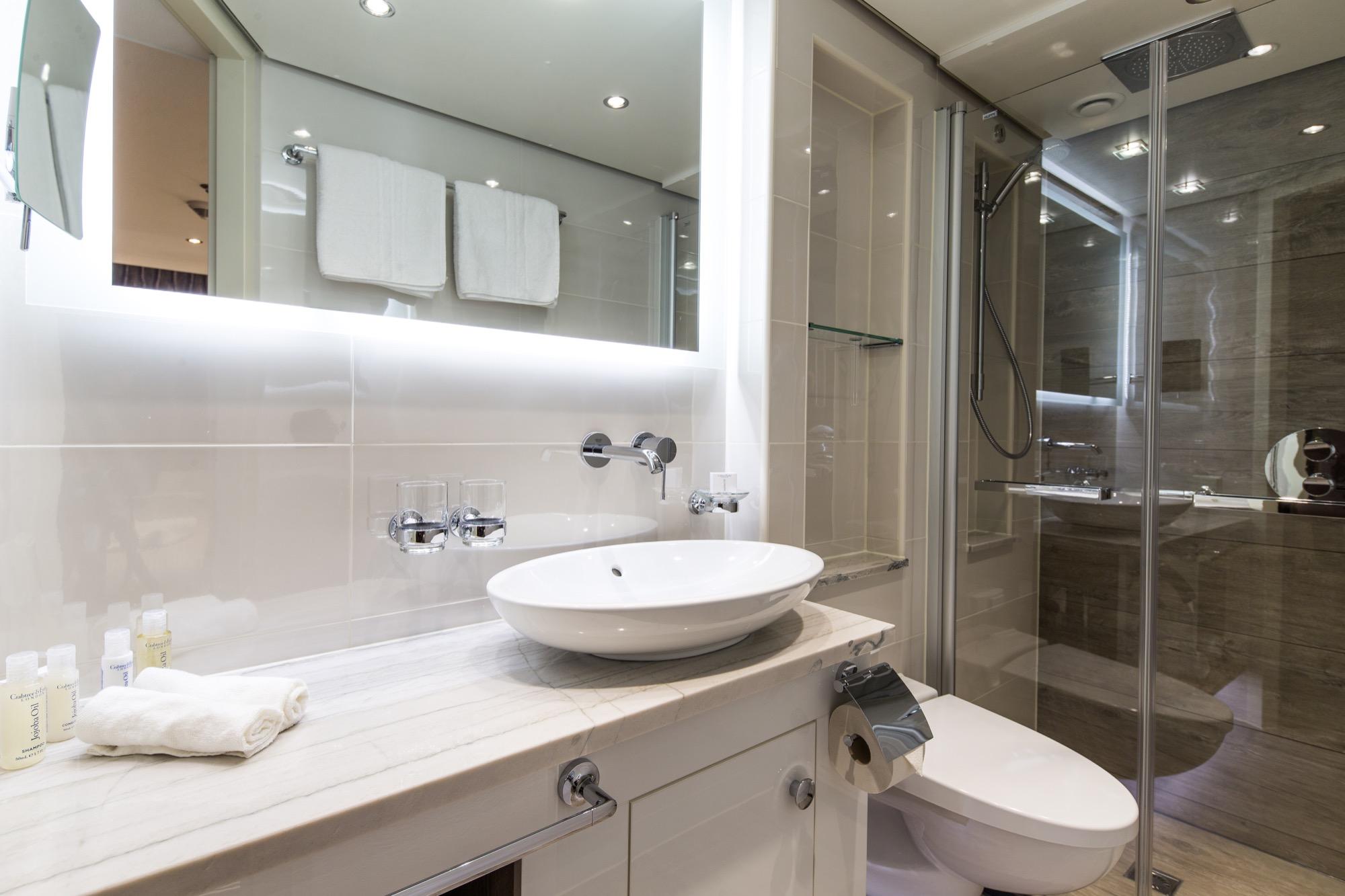 Riviera Travel Thomas Hardy Accommodation Superior Suite Bathorom.jpg